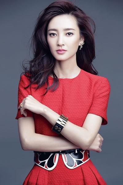 王丽坤再登杂志封面 尽展成熟魅力知性美